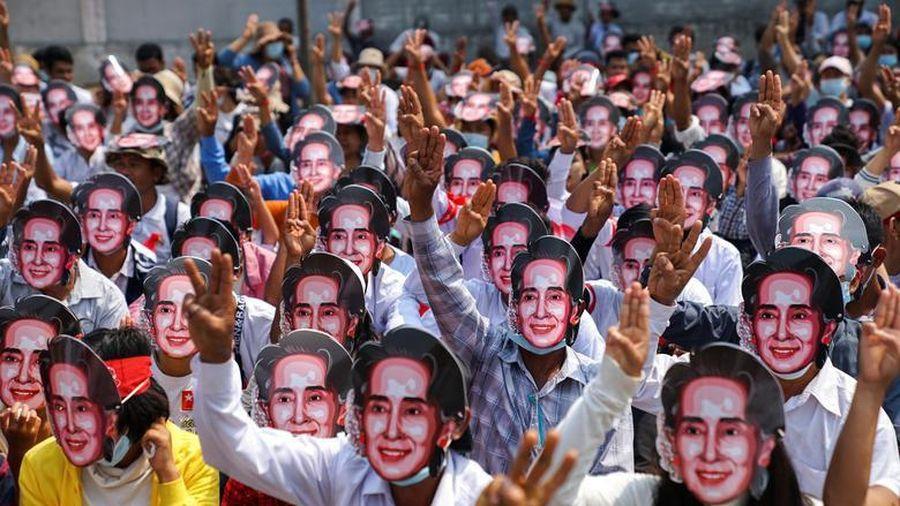 Lãnh đạo bị lật đổ của Myanmar nhận thêm cáo buộc giữa lúc biểu tình căng thẳng