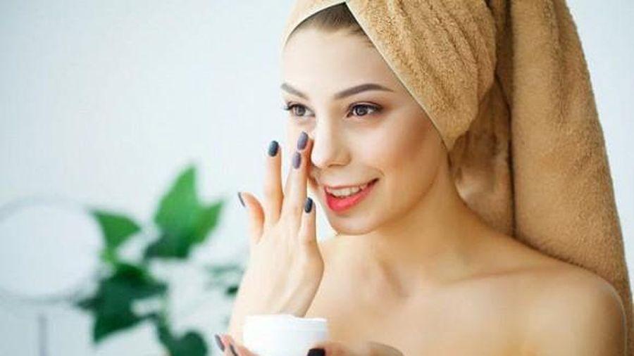 Tại sao không 'đổ ra lòng bàn tay' khi thoa kem dưỡng da?