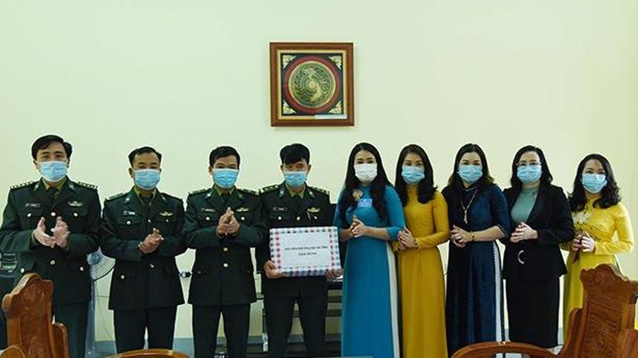 Hội LHPN Hà Tĩnh chúc mừng các đồn biên phòng vùng biên