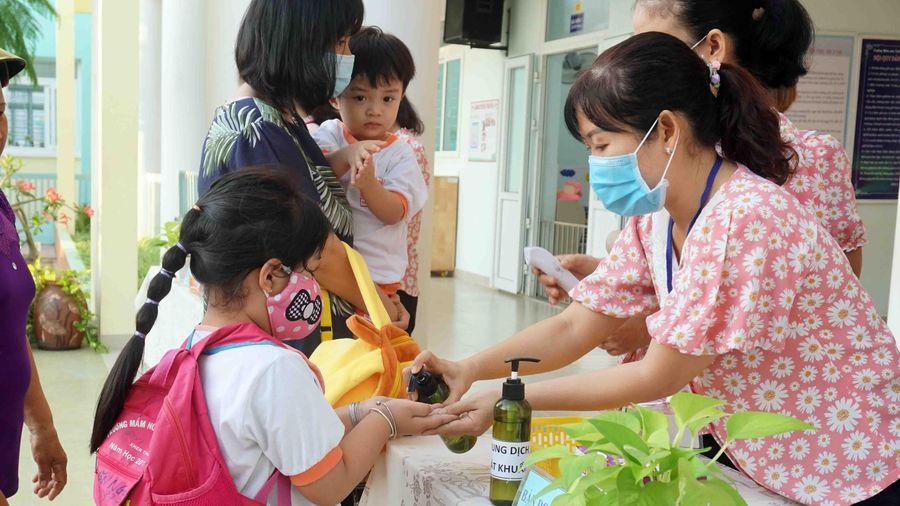 Học sinh TP Hồ Chí Minh trở lại trường sau thời gian nghỉ phòng dịch