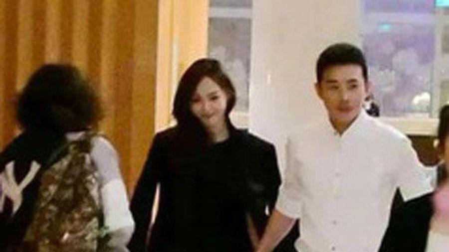 Hot search hôm nay: Bức ảnh La Tấn nắm chặt tay Đường Yên như bộ phim ngôn tình bất ngờ bị đào lại