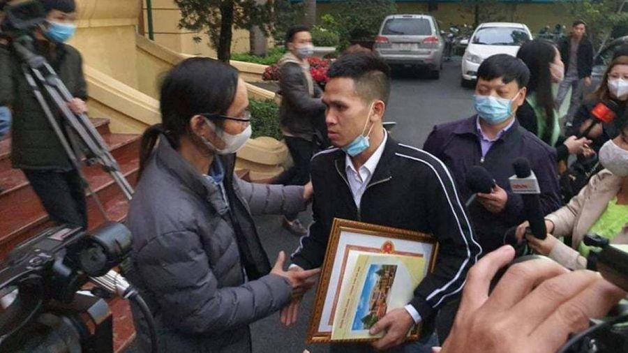 Thủ tướng tặng bằng khen cho tài xế đỡ bé gái rơi từ tầng 12