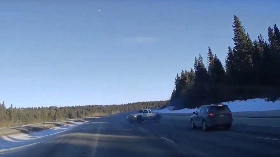 Ford Ranger bất ngờ lấy lại kiểm soát sau pha quay tròn đáng sợ trên cao tốc