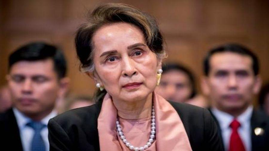 Bà Aung San Suu Kyi lần đầu xuất hiện sau chính biến
