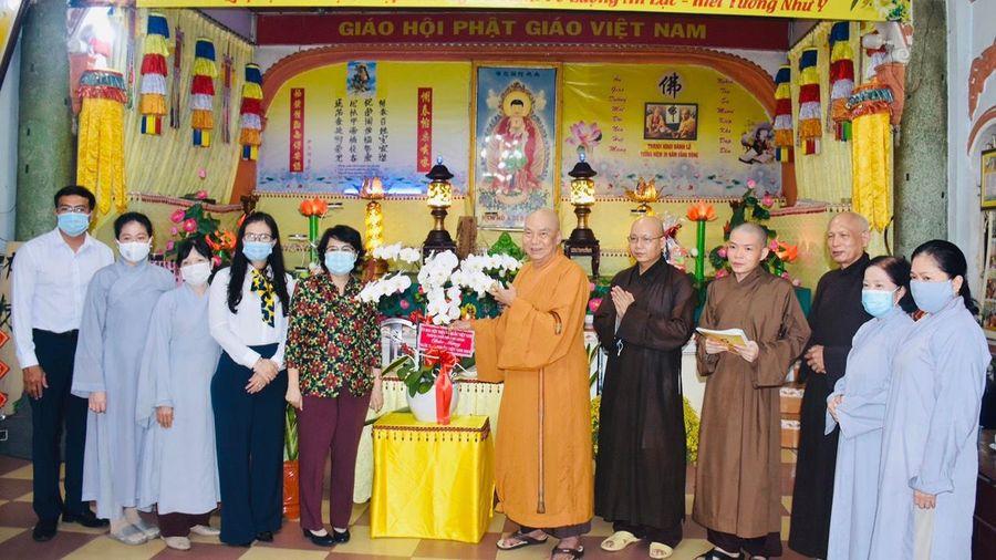 Chủ tịch Ủy ban MTTQVN TP.HCM thăm, chúc mừng phòng thuốc Y học cổ truyền tại chùa Vạn Thọ