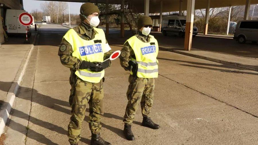 Hơn 30.000 cảnh sát và binh lính Séc được điều động giám sát việc thực hiện lệnh phong tỏa