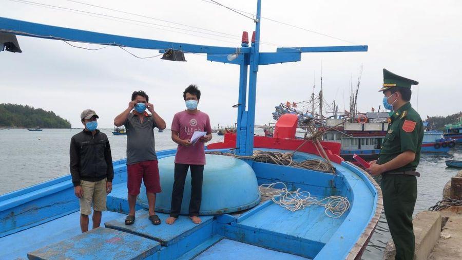 Khen thưởng đột xuất ngư dân cứu 4 người nước ngoài