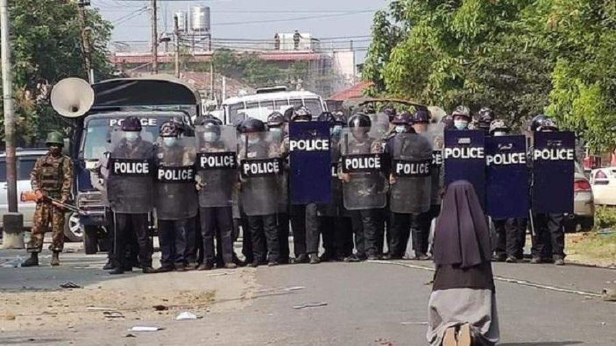Ảnh nữ tu quỳ gối xin cảnh sát dừng trấn áp người biểu tình chấn động Myanmar