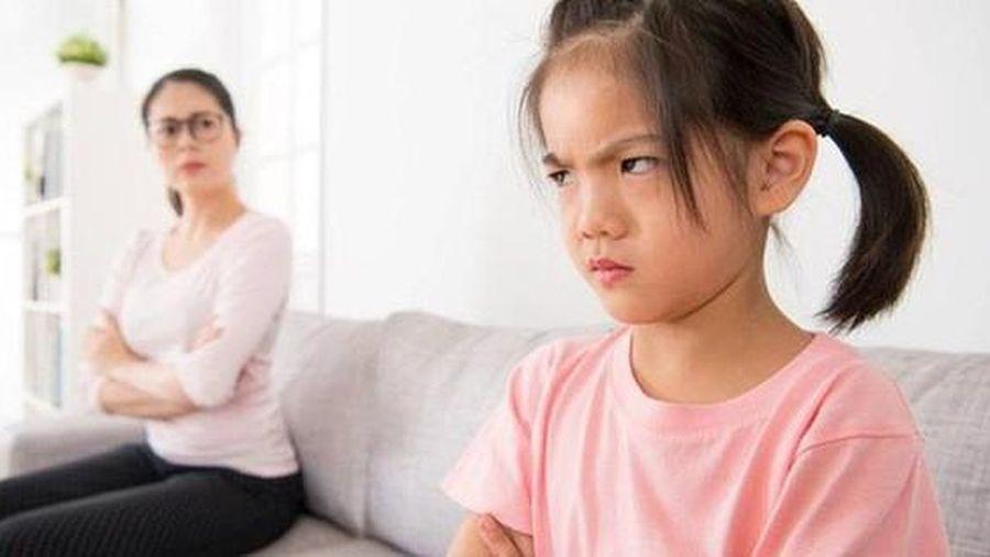 Cha mẹ thế này, bảo sao con chẳng nghe lời!