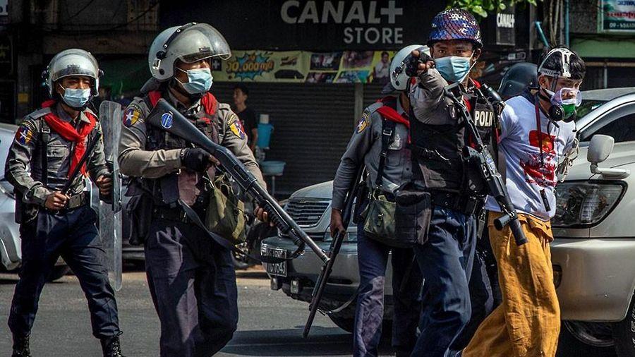 Bắn chết 18 người biểu tình, quân đội Myanmar gặp khó