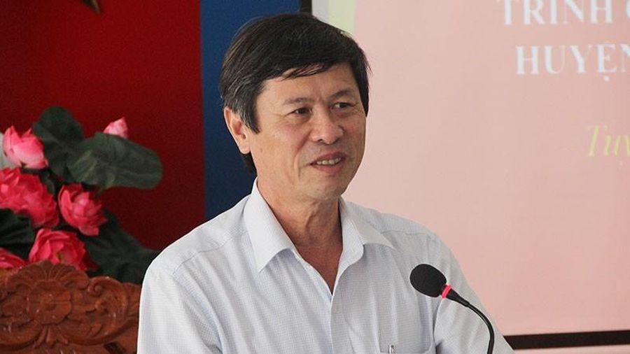 Chủ tịch huyện chuyển mục đích sử dụng đất cho con trái luật