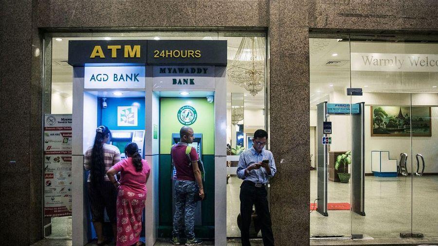 Ngân hàng Myanmar hạn chế dân rút tiền tại ATM