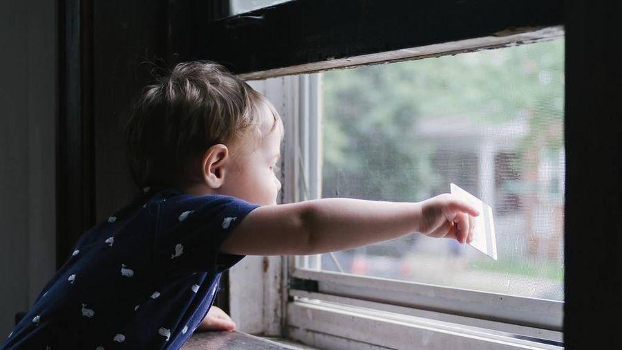 Cha mẹ nên làm gì để ngăn trẻ ngã khỏi ban công, cửa sổ?
