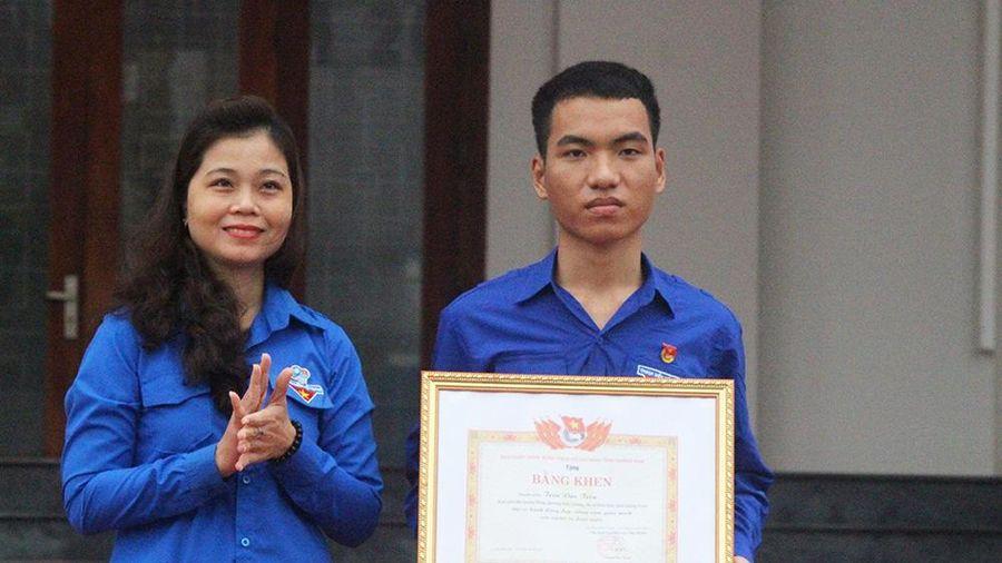 Tỉnh đoàn Quảng Nam tặng bằng khen cho thanh niên dũng cảm lao ra biển cứu 3 học sinh