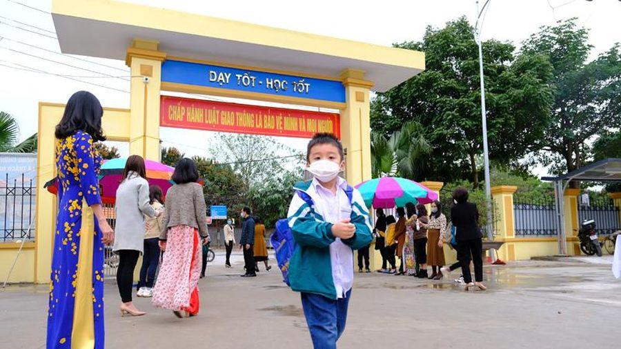 Học sinh Hà Nội đi học trở lại sau kỳ nghỉ Tết dài phòng dịch Covid-19