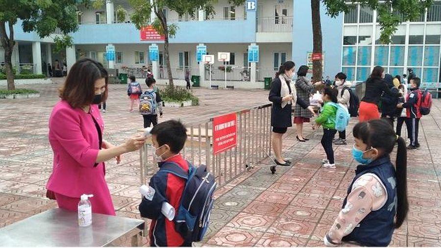 Long Biên bảo đảm phòng, chống dịch trong ngày đón học sinh trở lại trường