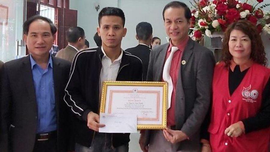 Tặng Bằng khen của Hội Chữ thập đỏ Việt Nam cho anh Nguyễn Ngọc Mạnh