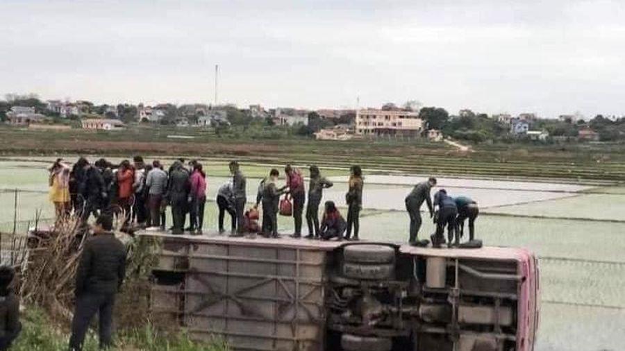 Bắc Giang: Tránh xe máy, xe ô tô chở công nhân lao xuống ruộng