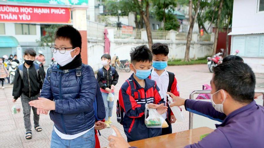 Sáng nay, hơn hai triệu học sinh Hà Nội trở lại trường