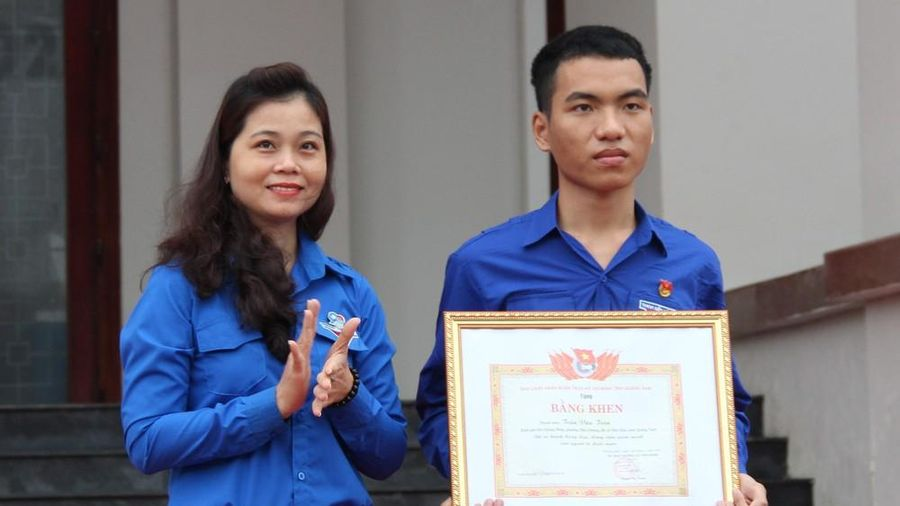 Tặng Bằng khen cho chàng trai dũng cảm lao ra biển cứu sống 3 học sinh