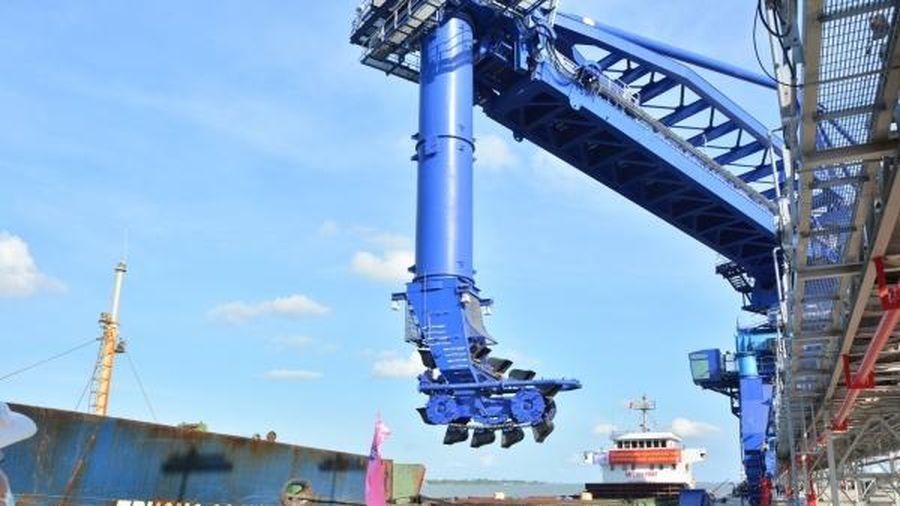 NMNĐ Sông Hậu 1 tiếp nhận những tấn than đầu tiên