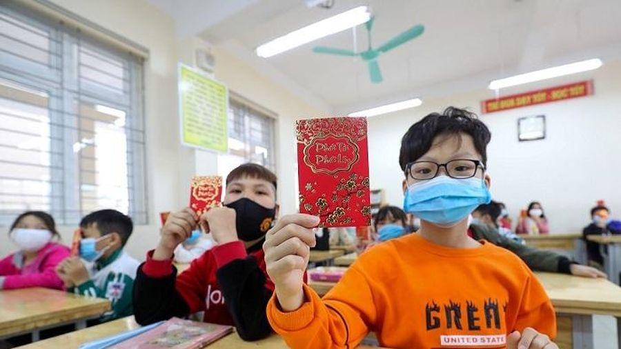 Học sinh Tiểu học Xuân Phương vui mừng tới lớp, nhận lì xì năm mới