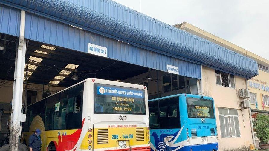 Những ong thợ chăm sóc 'sức khỏe' cho hàng nghìn xe buýt Hà Nội