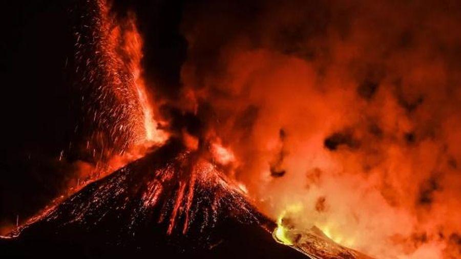 Hình ảnh núi lửa Etna phun trào sáng rực trong đêm suốt hơn 2 tuần