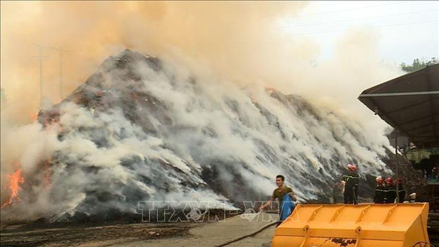 500 m3 cành, lá quế qua chế biến ép tinh dầu bốc cháy đùng đùng giữa trưa