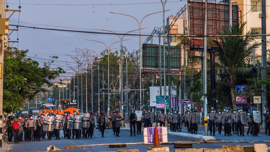 Đường phố Myanmar hóa chiến trường