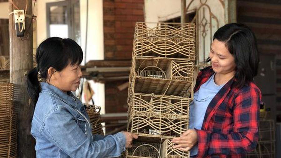 Tây Ninh: Khởi nghiệp với sản phẩm thủ công từ nhựa giả mây giúp chị em tăng thu nhập