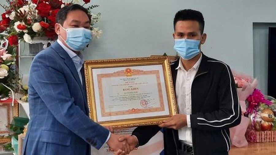 Trao bằng khen của Thủ tướng cho Nguyễn Ngọc Mạnh tại nhà riêng