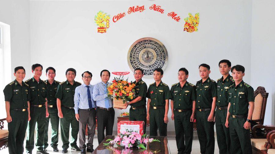 Ông Hà Quốc Trị - Phó Bí thư Tỉnh ủy thăm, chúc mừng cán bộ, chiến sĩ Đồn Biên phòng Cam Hải Đông