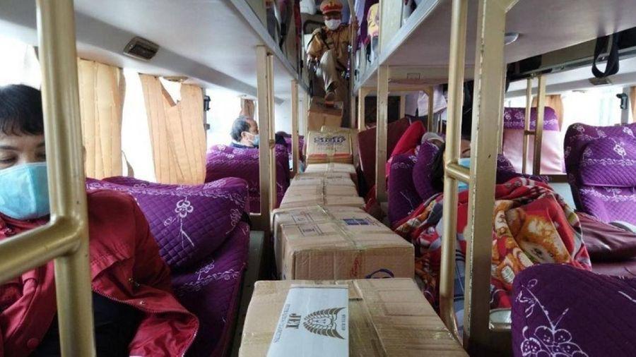 CSGT Huế phát hiện bí mật trong 13 thùng 'bánh mì chà bông' trên xe khách