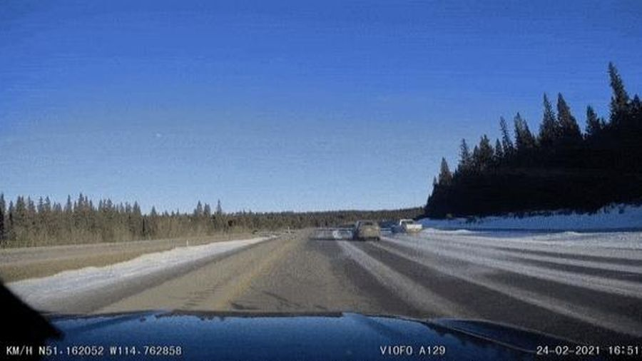 Camera giao thông: Ford Ranger, xoay tót mù trên đường trơn trượt tại Canada
