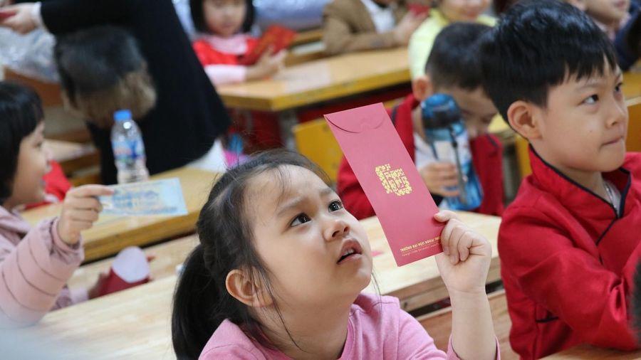 Học sinh Hà Nội hào hứng nhận lì xì ở buổi học đầu tiên sau nghỉ Tết