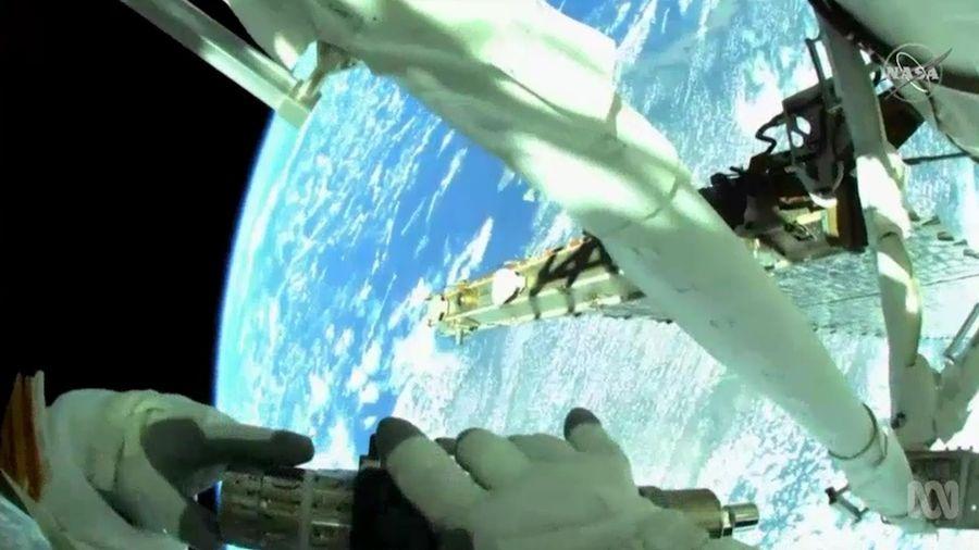 Phi hành gia lắp khung đỡ trên Trạm vũ trụ quốc tế ISS