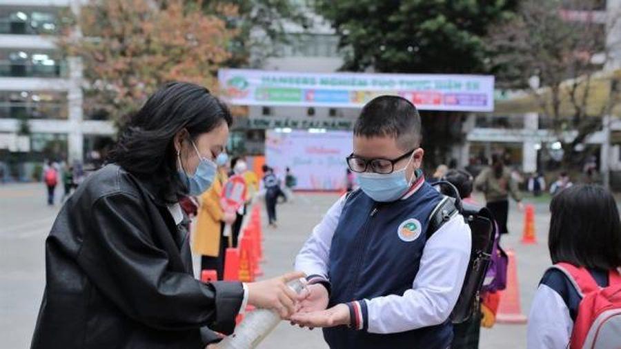 Học sinh Hà Nội quay trở lại trường trong điều kiện an toàn phòng dịch