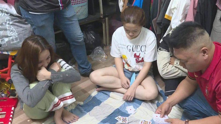 Triệt phá ổ nhóm đánh bạc tinh vi ở Đắk Lắk: 5 'con bạc' nữ xinh đẹp 'sát phạt' 2 người đàn ông
