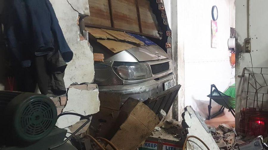 Liên tiếp 2 vụ ô tô mất lái trôi tự do tông sập nhà
