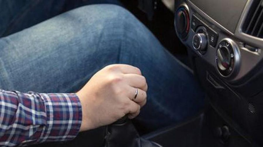 Món đồ trong cốp xe ô tô khiến bí mật của người chồng bị phát giác