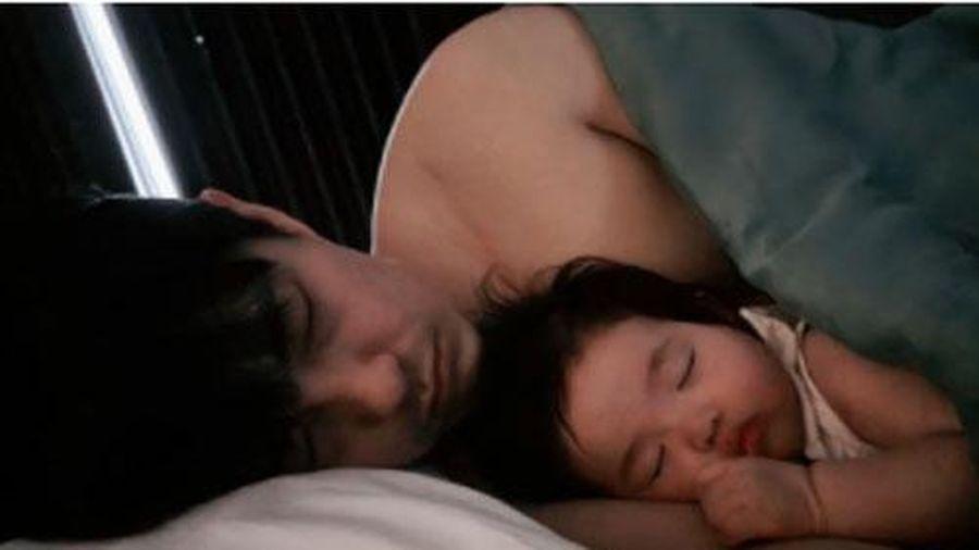 Đông Nhi xuýt xoa thốt lên một câu khi nhìn cảnh chồng và con gái đang ngủ