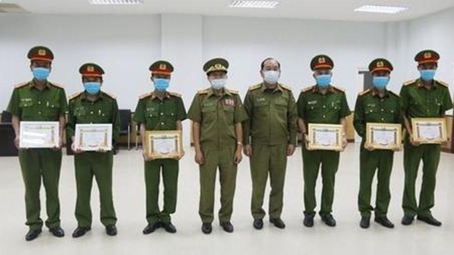 Công an tỉnh Sa Vẳn Na Khẹt (CHDCND Lào) khen thưởng lực lượng chữa cháy chợ Đen Sa Vẳn