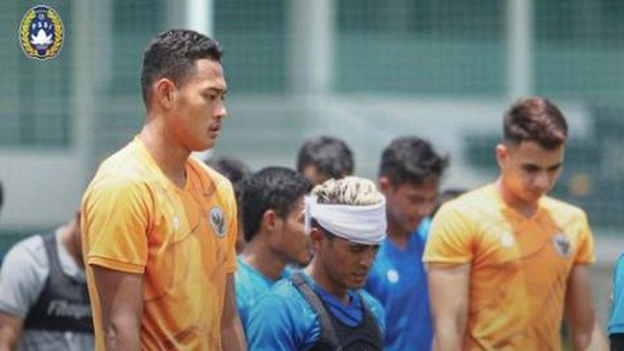 U23 Indonesia thi đấu giao hữu qua... cửa kính xe buýt
