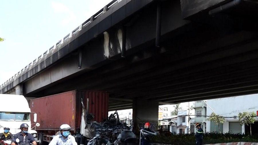Đầu xe container cháy rụi gần cầu Phú Mỹ
