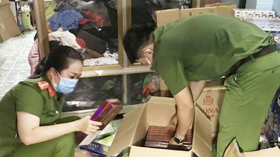 Giấu 22.000 gói thuốc lá lậu trong tiệm bách hóa