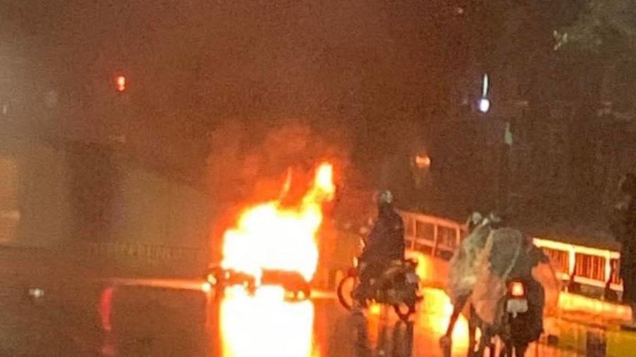 Truy tìm tài xế lái ôtô bỏ chạy sau va chạm khiến xe máy bốc cháy