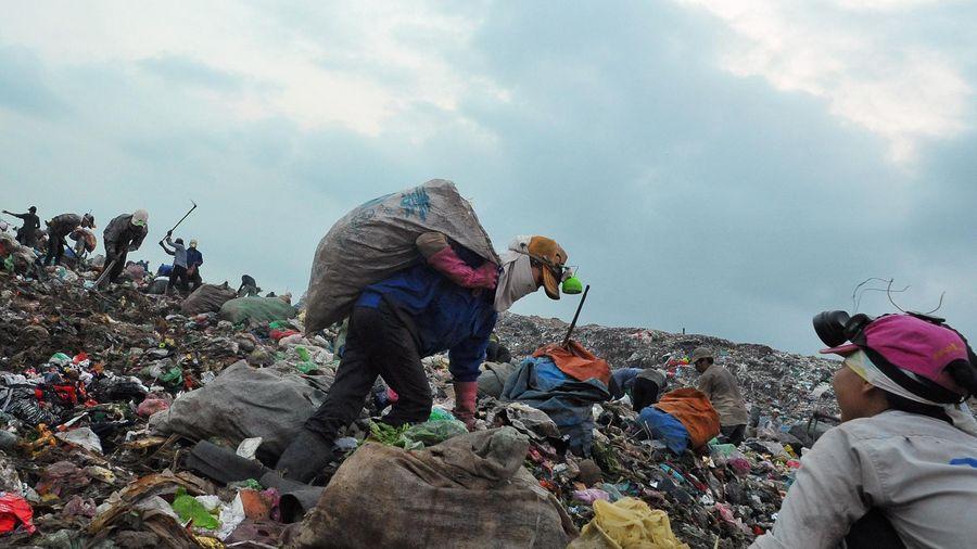 Công an Hà Nội nói về nghi vấn đổ nước vào rác để tăng khối lượng