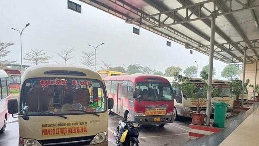 Nghệ An: Xe khách tuyến cố định dừng chạy, căng băng rôn phản đối xe dù vượt tuyến