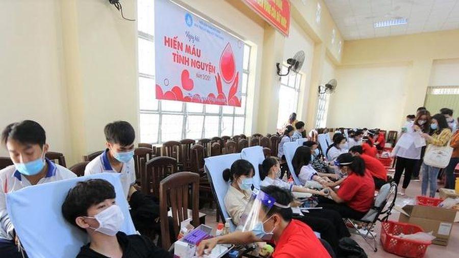 Trường ĐH Tiền Giang hiến tặng 411 đơn vị máu